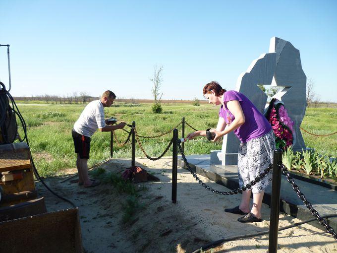 Оградка на кладбище из цепей